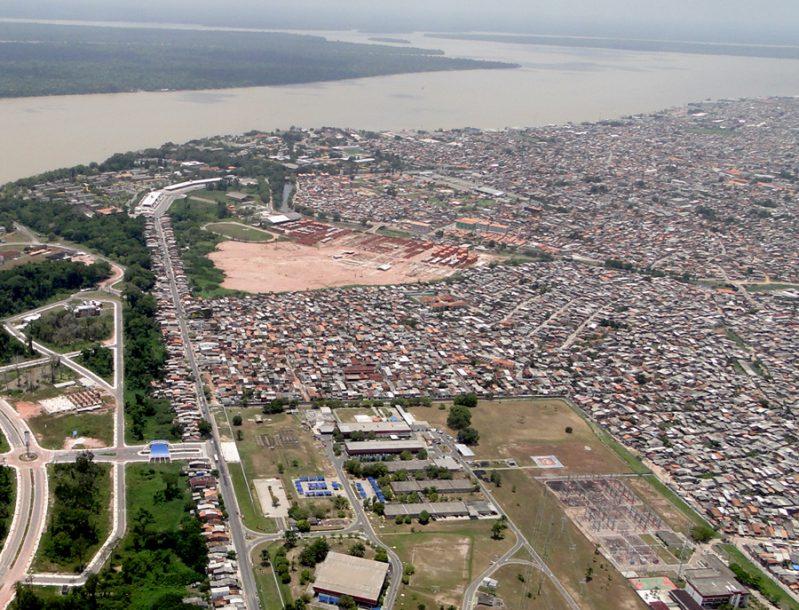 Vista aérea da Av. Perimetral - à esquerda e à direita - com moradias feitas pelas comunidades