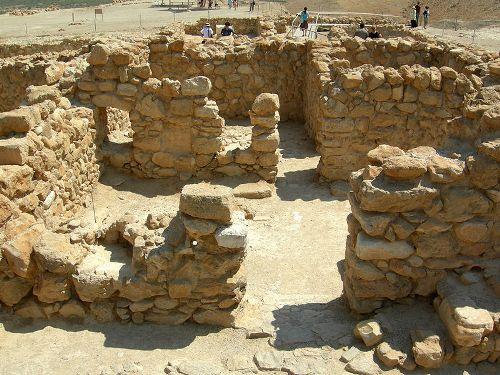 שרידי בתי מגורים בקומראן (צילום: ויקישיתוף)