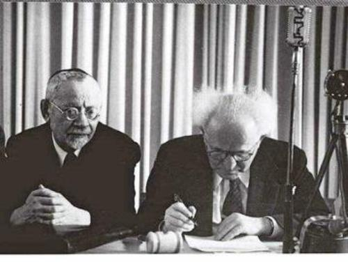 הרב מימון ובן גוריון בעת החתימה על מגילת העצמאות