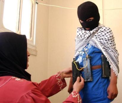 אלה לוחמי חופש? אמא פלסטינית חוגרת חגורת נפץ לבנה