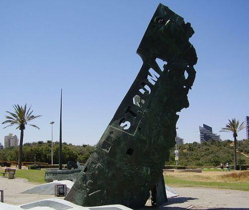 """אנדרטה לזכר """"סטרומה"""" באשדוד. (ויקישיתוף)"""