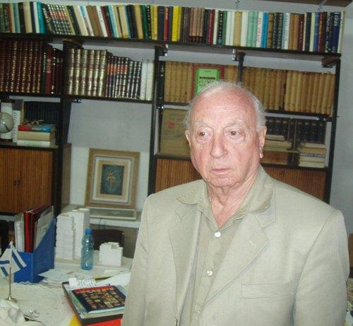 יעקב אלעזר בארכיון שלו (צילום זאב גלילי)