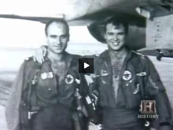 הטייס והנווט לאחר הנחיתה