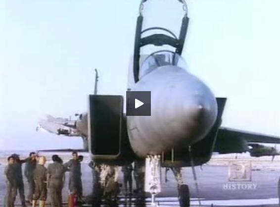 המטוס קצוץ הכנף ומסביבו אנשי חיל האוויר  הנדהמים
