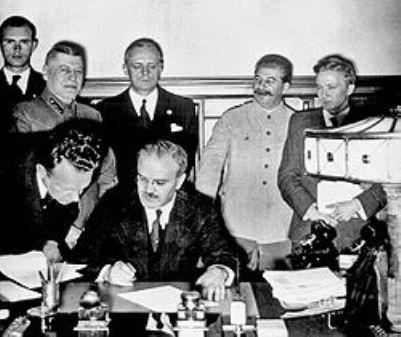 טקס חתימת הסכם ריבנטרופ מולטוב הסכם זה איפשר להיטלר לפתוח במלחמה  (ויקיפדיה אנגלית