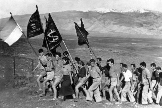חניככי הנוער העובד עולים מכפר גלעדי לתל חי