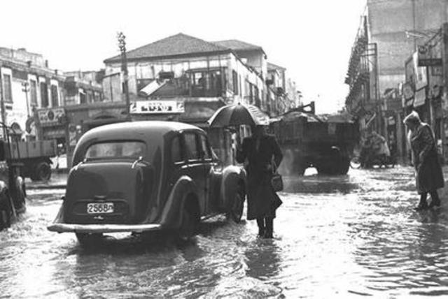 גם לאחר הקמת המדינה  נשאר הדרום החלק  המוזנח של העיר. רחוב יפו תל אביב ביום גשום 1952