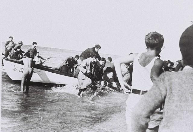 """לוחמי פלי""""ם מורידים מעפילים אל החוף"""