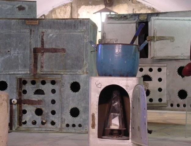 אוסף תנורים ששימשו להכנת חמין או צ'ולנט בצפת. אוסף בית המאירי. צילום: זאב גלילי