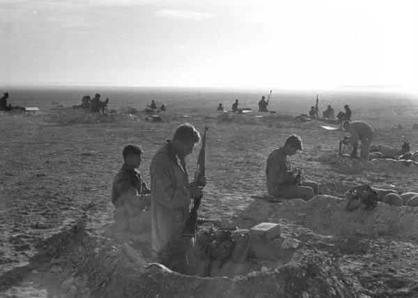 הצנחנים מתבצרים במיצר המיתלה בםעולת הפתיחה למלחמת קדש