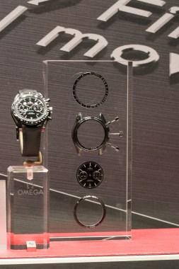 """Das Gehäuse der Speedmaster """"Dark Side of the Moon"""" besteht aus einer Hightech-Keramik. Auf der diesjährigen Baselworld präsentiert Omega weitere Modelle und Farben. Laut eigenen Angaben verkaufen sich diese Uhren gut, trotz Preisen um die 10.000 Euro."""