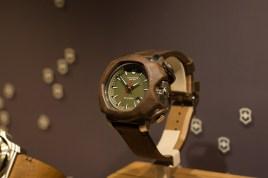 Victorinox kennt man eigentlich als Hersteller von Schweizer Messern. Doch auch im Bereich der Uhren mögen die Schweizer es praktisch und verpassen diesem limitierten Modell einen Lederschutz.