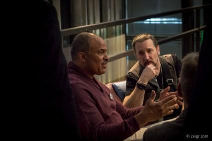 Philip Brashear dicht belagert, im Gespräch. Der aufmerksame Zuhörer ist übrigens Eric Singer, Uhrensammler und Drummer der Band KISS