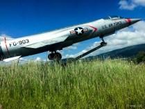 Kreisverkehr mit kleiner Attraktion: einem Kampfjet