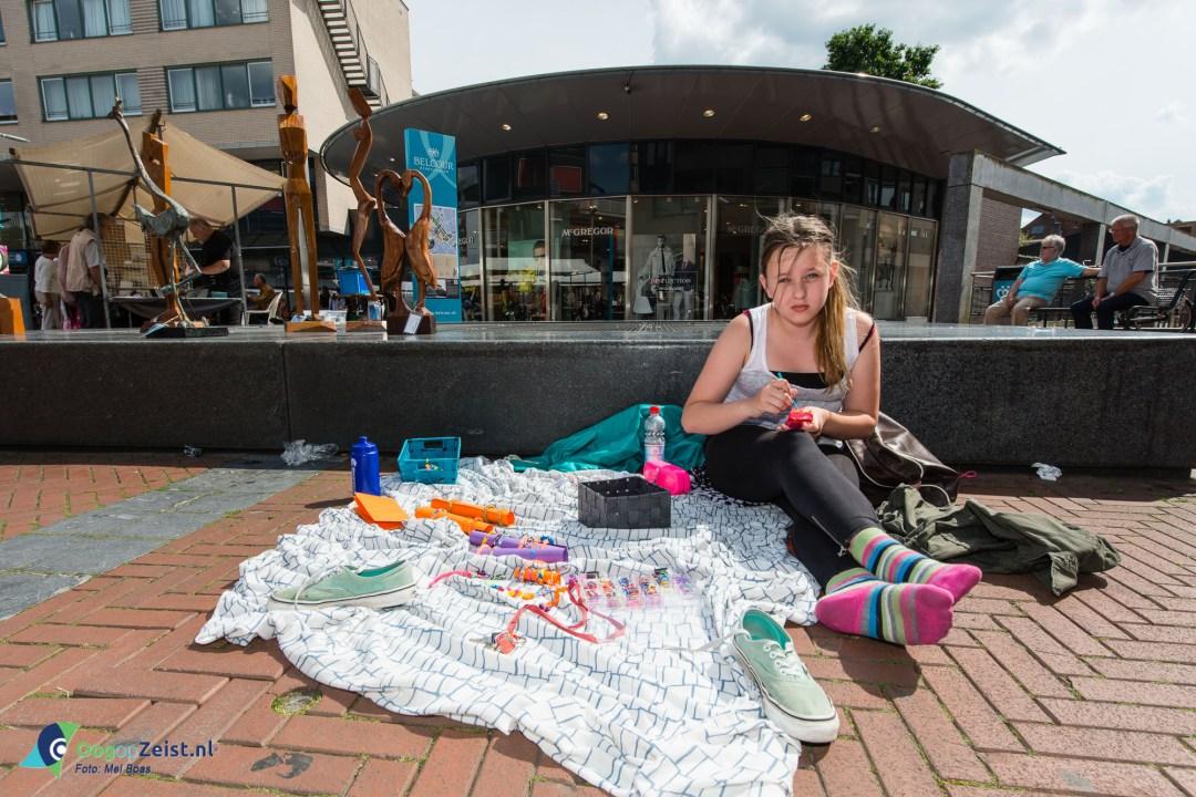 Jonge kunstenares Luna verkoopt armbandjes