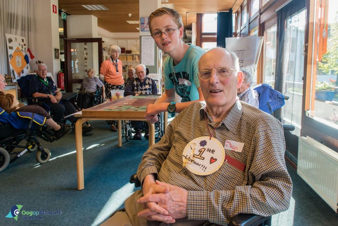 Leerlingen van 2 TL van het VMBO van Schoonoord helpen bij de Nationale ouderendag