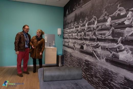 Koos Jansen en zijn vrouw bekijken een van de nieuwe behandelkamers.