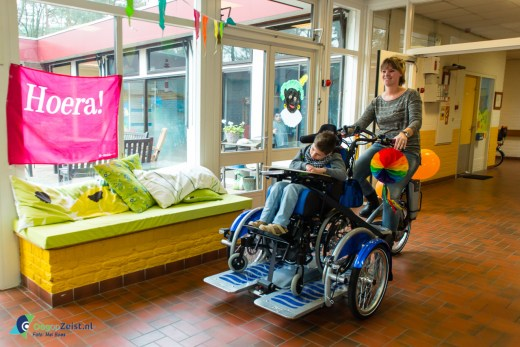 Bannierhuis Zeist sponsort bijzondere fiets voor kinder rolstoelen bij reinaerde de berk