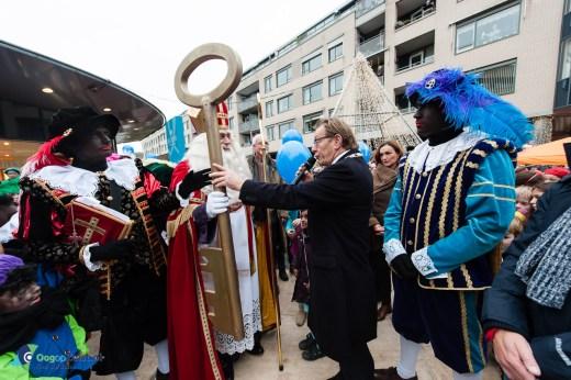 Sinterklaas ontvangt de sleutel van Burgemeester Jansen