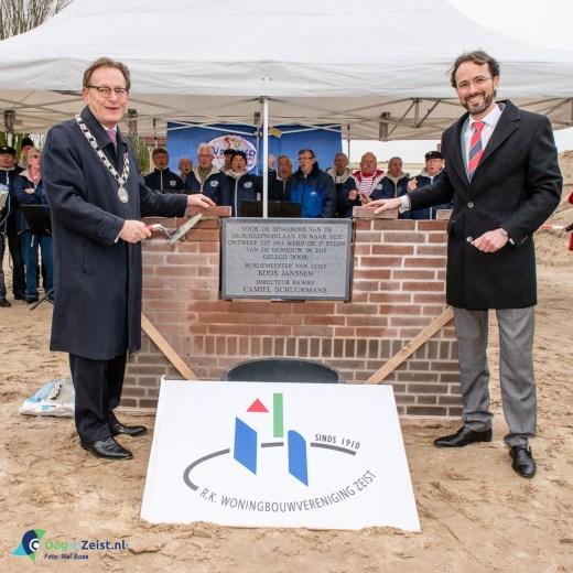 De burgemeester Koos Janssen en de directeur RK Woningbouw leggen eerste steen woningen Schaepmanlaan