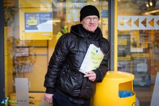 Ion staat al 10 jaar met zijn straatnieuws voor de deur van de supermarkt in winkelcentrum Vollenhove.