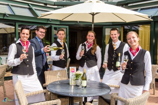 Personeel Oud London toost op de eigen witte wijn Cuvee, die bij iedereen goed in de smaak valt