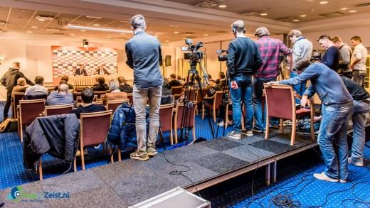 6 kamera ploegen leggen hetzelfde beeld vast tijdens KNVB Persconferentie met de Bondscoach.