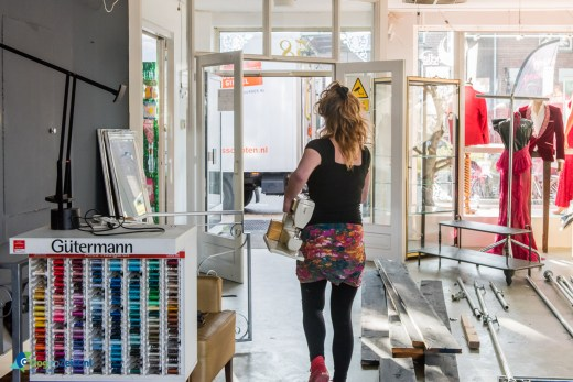 Met naaimachine onder de arm vertrekt Sonja richting Utrecht