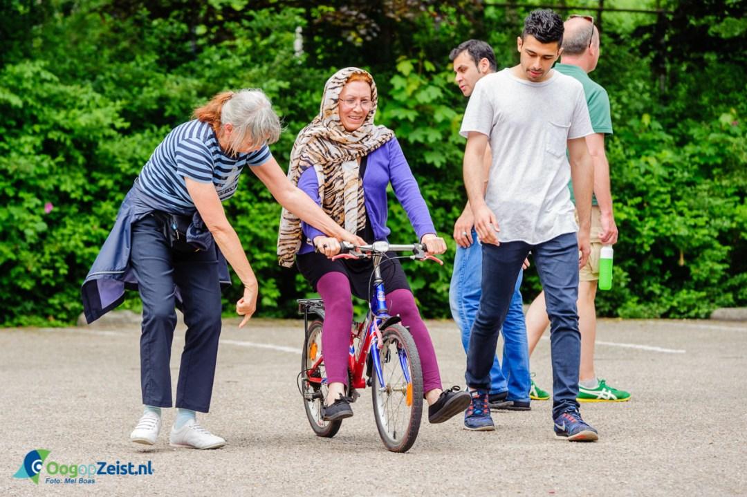 Door het geven van fietsles wordt de integratie van vluchtelijgen bevordert.