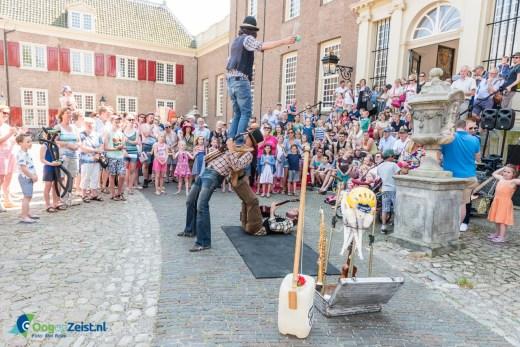 Slottrappen als theater. Musicale acrobaten act. Lentefeest in Slottuintheater Slot Zeist