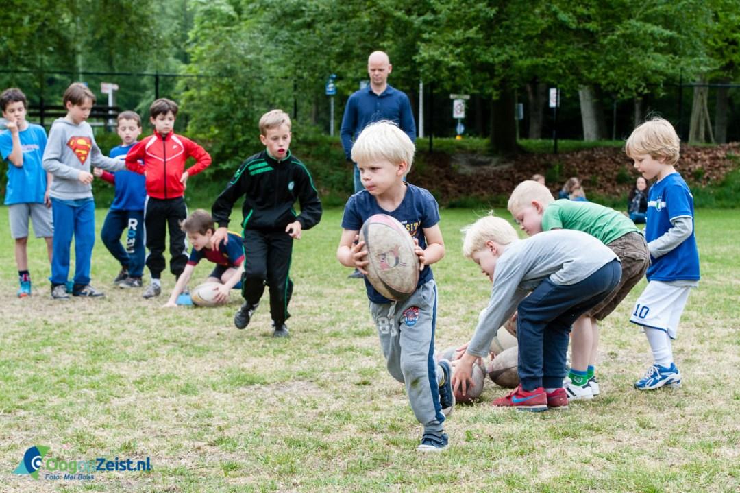 Rugby training voor de jeugd op het Bisonveld door de PinkPanthers