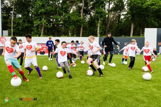 AGroepsfoto met ambassadeurs van het 'speel je fit' programma op de KNVB Campus in Zeist