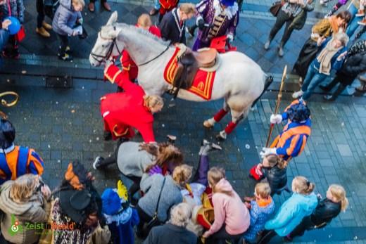Sinterklaas valt van Paard tijdens intocht in Zeist. Gelukkig was de oude goedheiligman nog vrij flexibel en kon hij zijn weg vervolgen.
