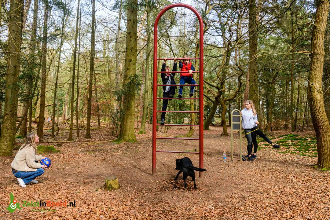 Marijne en Jurriaan mochten van hun moeder lekker even uitrazen op het klimrek. Trimbaan Zeisterbos alternatief om je kinderen even uit te laten.