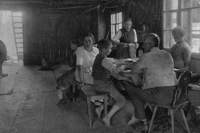 Mutter schneidet Brot, ca. 1921