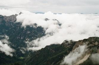 Unter uns vorbeiziehende Wolken