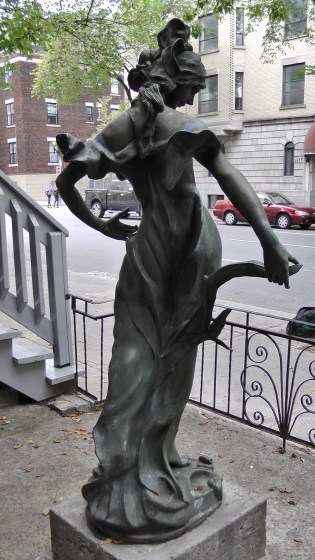 Back view of a statue infront of 1259 Saint Marc.