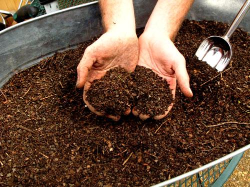 Зрілий компост приємно пахне землею