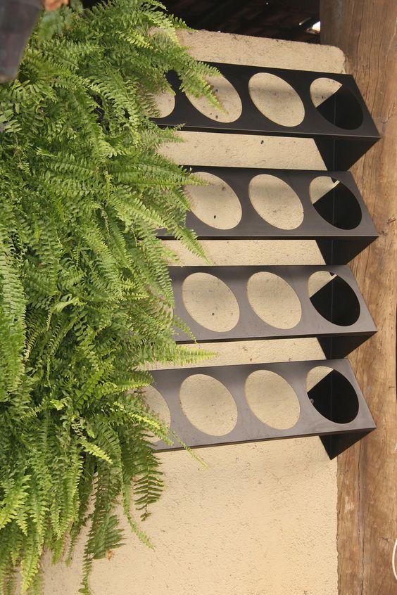 Вертикальні клумби створюють з розташованих ярусами контейнерів з рослинами