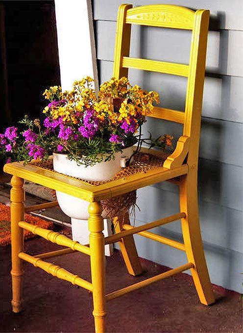 Клумба-стілець з вирізаним отвором