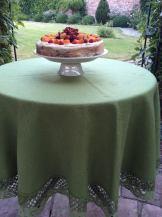 ягідний пиріг на столі в саду