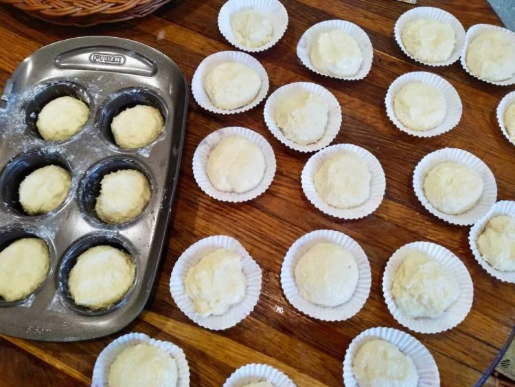 Викладаємо тісто для кексів у формочки