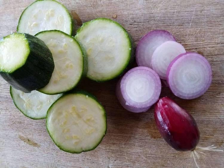 Для цього рецепту обирайте невеликі в діаметрі кабачки