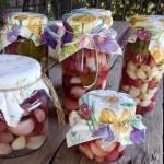 Маринований часник з ягодами
