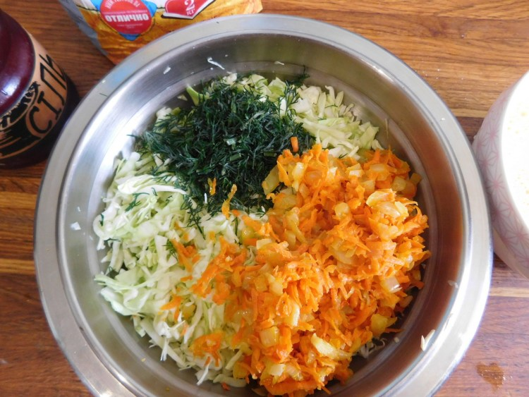Змішуємо капусту і підсмажені овочі