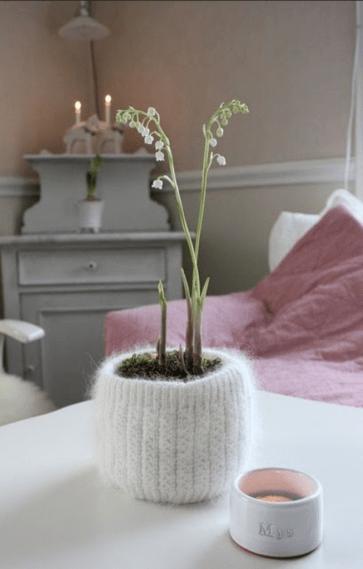 Зв`язаний спицями «чохол» для горщика з квітами