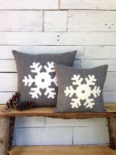 Подушки зі сніжинками