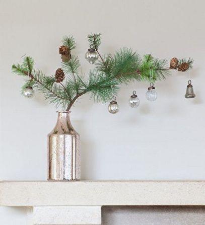 Гілка хвої з новорічними прикрасами