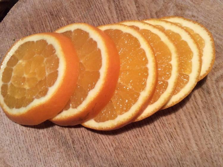 Нарізаємо апельсини на кружечки
