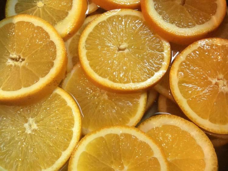 Викладаємо кружечки апельсинів і заливаємо гарячим сиропом